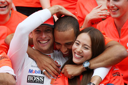 Lewis Hamilton, McLaren Mercedes, Jenson Button, McLaren Mercedes, Jessica Michibata girlfriend of Jenson Button celebrate with the team