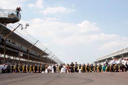 Victory lane: race winnaar Paul Menard, Richard Childress Racing Chevrolet viert met team, kust de y