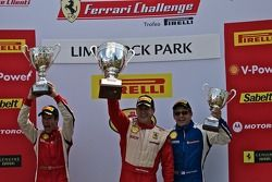 Victory lane: winnaar 458 klasse en algemeen Enzo Potolicchio, 2de Mark Mckenzie, 3de Darren Crystal