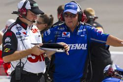 Roush Racing crew chiefs, Mike Beam;Chris Andrews, discuss strategy