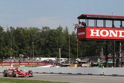 Scott Dixon, Target Chip Ganassi Racing, franchit le drapeau à damier