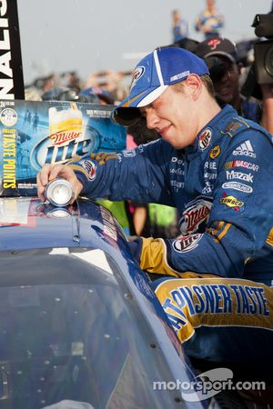 Victory lane: race winnaar Brad Keselowski, Penske Racing Dodge