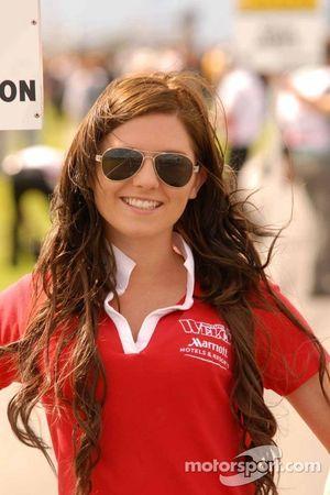 Welch Motorsport gridgirl voor Dan Welch