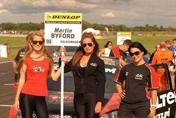 AmD gridgirl voor Martin Byford