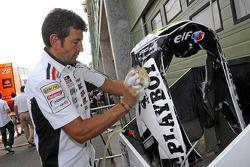 Член команды LCR Honda MotoGP за работой