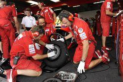 Miembros del equipo Ducati en el trabajo
