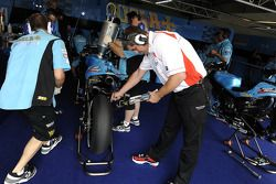 Члены команды Rizla Suzuki MotoGP за работой