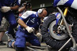 Члены команды Yamaha за работой