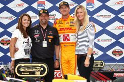 Podium: race winner Ryan Hunter-Reay, Andretti Autosport with team owner Michael Andretti and wife B