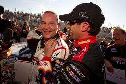 Жак Вильнёв, Penske Racing Dodge празднует победу в квалификации вместе с обладателем второго времен