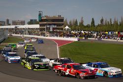 Start: Ron Fellows, Hendrick Motorsport Chevrolet and Elliott Sadler, Kevin Harvick Inc. Chevrolet battle