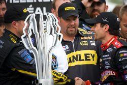 Victory lane: race winnaar Marcos Ambrose, Petty Motorsport Ford met Alex Tagliani, Penske Racing Do