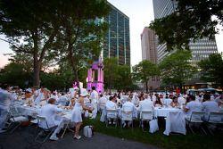Diner in het wit, in downtown Montréal