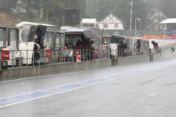 Llueve en el pit lane