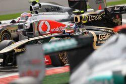 Jenson Button, McLaren Mercedes y Vitaly Petrov, Lotus Renault GP
