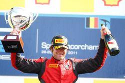 Luca Filippi fête sa victoire sur le podium