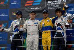 Podium: Pietro Fantin, Kevin Magnussen, Felipe Nasr en rookie class winnaar Kotaro Sakurai