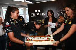 Vitaly Petrov, Lotus Renault GP blows ou candles, his birthday cake