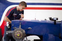 iSport mecanicien met wagen Marcus Ericsson