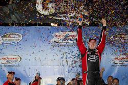Le vainqueur Kyle Busch célèbre sa victoire