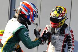 Valtteri Bottas célèbre sa victoire avec Rio Haryanto