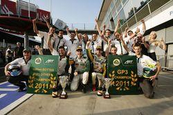 Valtteri Bottas celebra su victoria en la carrera y el campeonato de pilotos