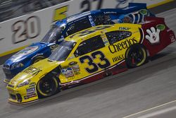 Clint Bowyer, Richard Childress Racing Chevrolet et Brad Keselowski, Penske Racing Dodge