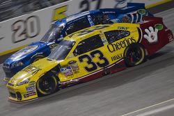 Clint Bowyer, Richard Childress Racing Chevrolet et Brad Keselowski, Penske Racing Dodge