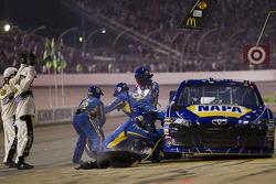 Passage aux stands pour Martin Truex Jr., Michael Waltrip Racing Toyota