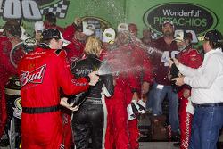 Victoire: le vainqueur Kevin Harvick célèbre