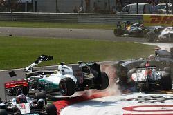Startcrash, ausgelöst von Vitantonio Liuzzi, HRT F1 Team