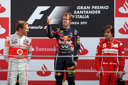 Podium: Sieger Sebastian Vettel, Red Bull Racing, 2. Platz Jenson Button, McLaren Mercedes, 3. Platz