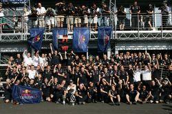 Sebastian Vettel, Red Bull Racing kutlama yapıyor his win takım ile