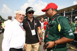 Bernie Ecclestone con el piloto Nicky Hayden, MotoGP y Tony Fernandes