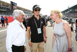 Bernie Ecclestone con el piloto Nicky Hayden, MotoGP y manager Vitaly Petrov