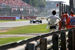 Sergio Pérez, Sauber F1 Team observa la acción