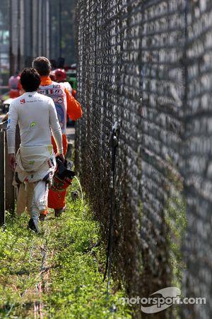 Sergio Pérez, Sauber F1 Team camina después de parar en la pista