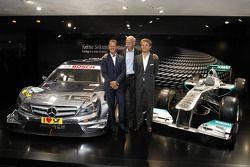 De nieuwe 2012 DTM AMG Mercedes C-Coupé met Michael Schumacher, Dr. Dieter Zetsche (voorzitter Merce