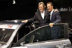 De nieuwe 2012 DTM AMG Mercedes C-Coupé met Michael Schumacher em Norbert Haug