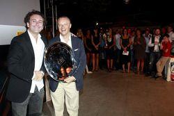 Алехандро Агаг получает награду для команды