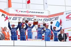 Podium GT500 winnaar: #38 Zent Cerumo SC430: Yuji Tachikawa, Kohei Hirate; 2de: #12 Calsonic Impul G