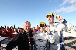 GT 2011 kampioenen Andrew Davis en Leh Keen viert met Hurley Haywood