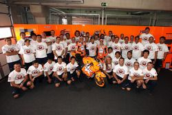 Casey Stoner, Repsol Honda Team, Dani Pedrosa, Repsol Honda Team, Andrea Dovizioso, Repsol Honda Team et les mécaniciens Repsol Honda fêtent la 100e victoire de Repsol Honda en MotoGP