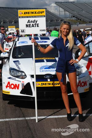 Team Aon gridgirl voor Andy Neate