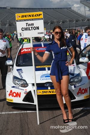 Team Aon gridgirl voor Tom Chilton