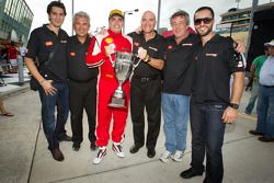 Race winnaar #777 Ferrari of Québec Ferrari 458 Challenge: Emmanuel Anassis viert met team