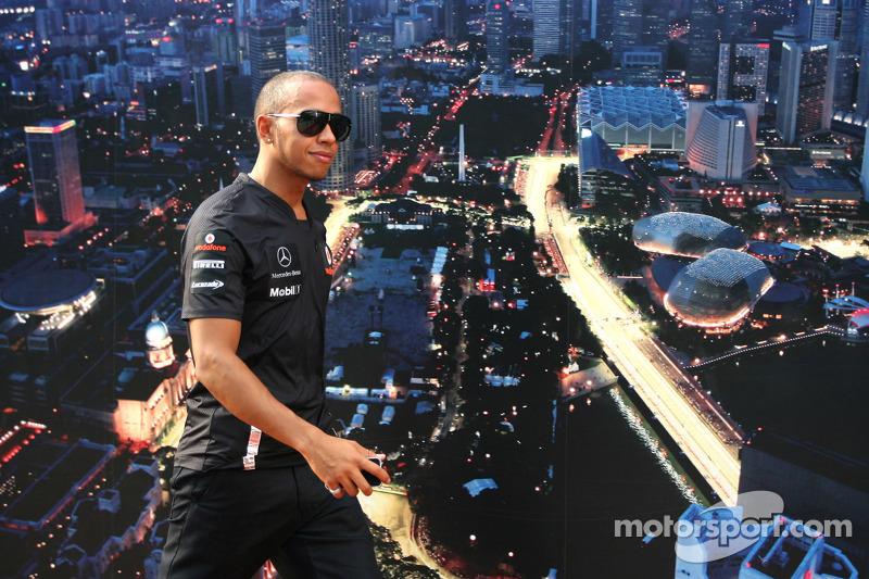A pesar de ganar carreras cada temporada, Hamilton no pudo luchar por el título entre 2009 y 2013. Gestionando su vida personal solo y sin su padre, Hamilton pasó a exhibir cambios de comportamiento y estilo.