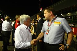 Bernie Ecclestone con Paul Hembury de Pirelli