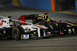 Sergio Perez, Sauber F1 Team and Bruno Senna, Lotus Renault GP