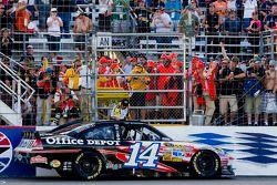 Tony Stewart, Stewart-Haas Racing Chevrolet celebrates the win